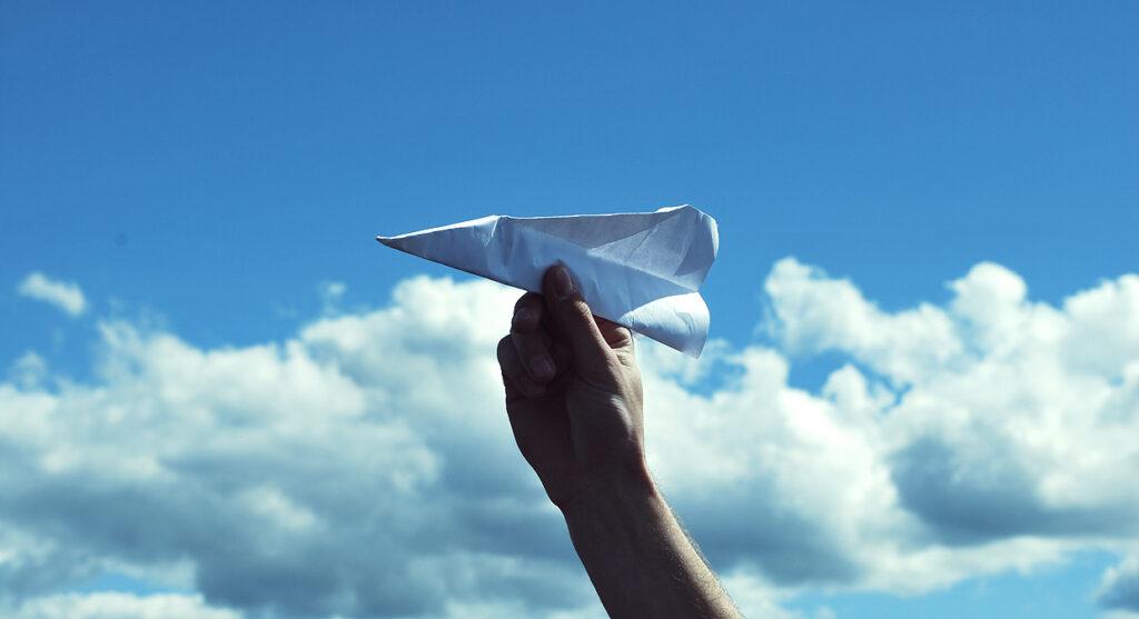 Bilde av et papirfly klar for å kaste i vitenworkshop