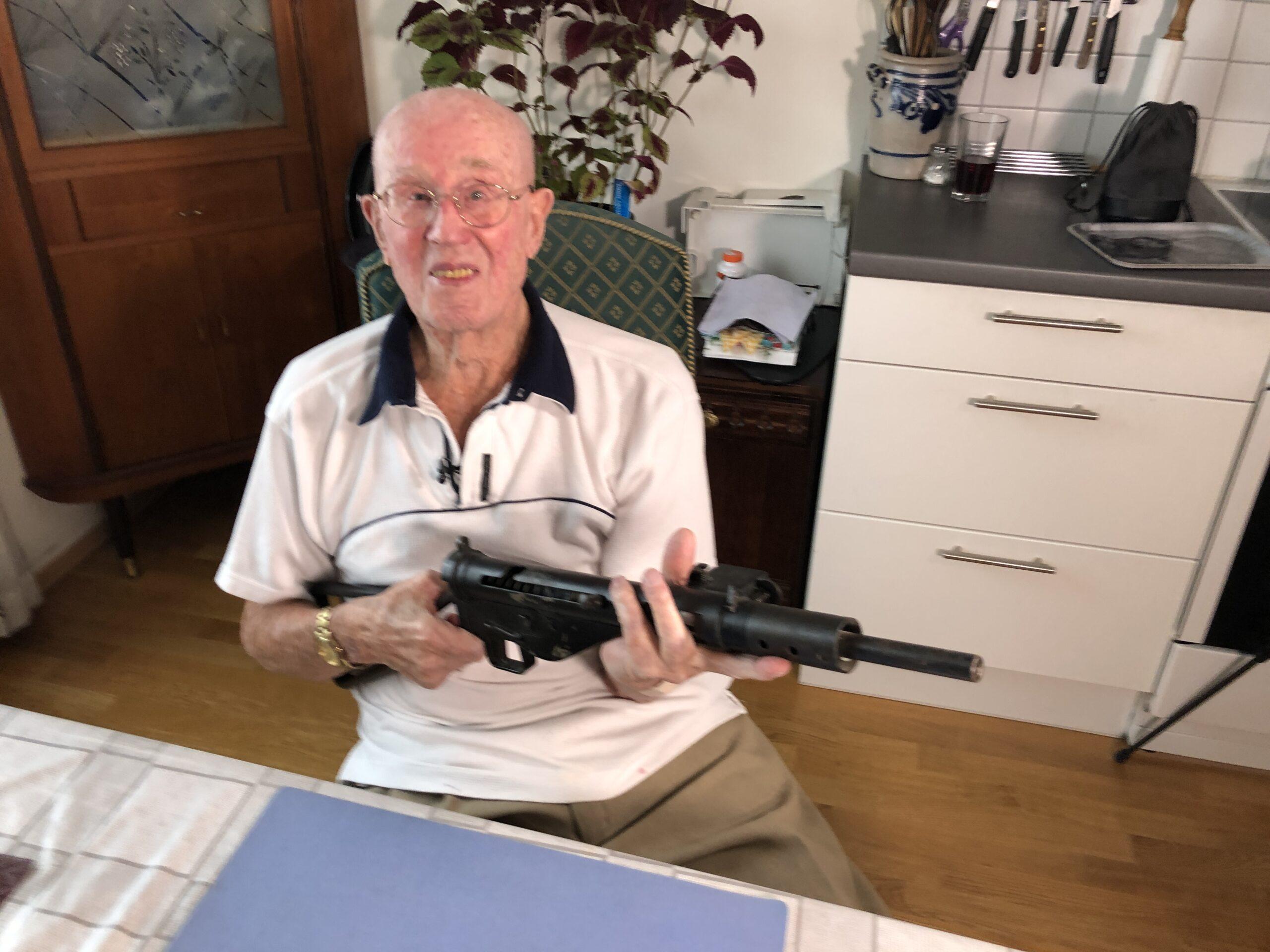 Bilde av Bjørn Lundby som holder et stengun gevær