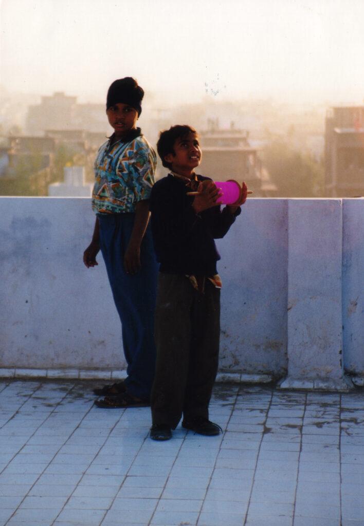 Bilde av to barn som flyr drager