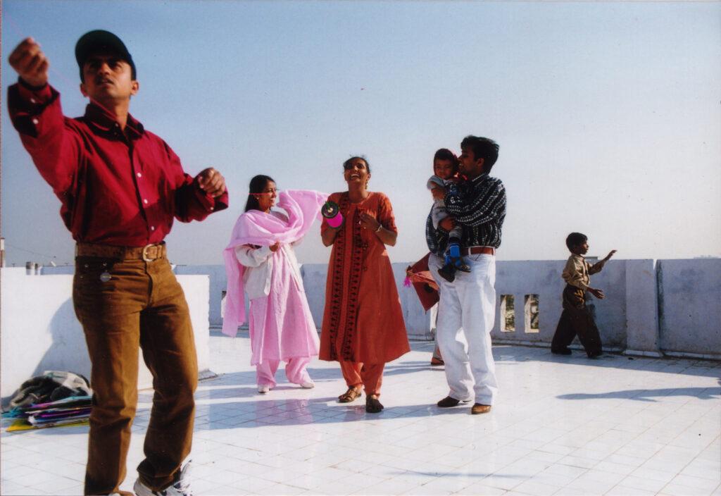bilde av familie som flyr drage