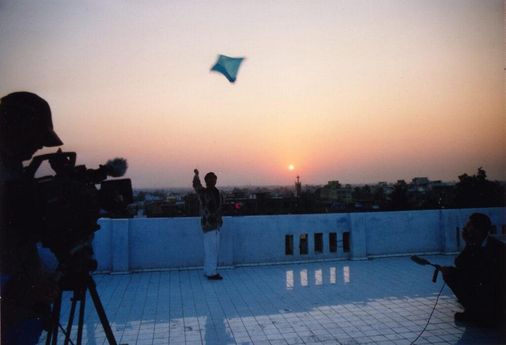 Bilde av filminnspilling med gutt som flyr drage i solnedgang