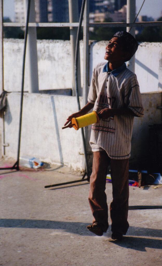 bilde av gutt som flyr drage